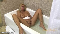 Payton Leigh plays alone in the tub Thumb