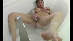 Milf masturbating in the bath Thumb