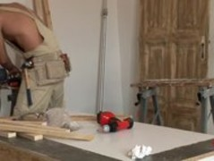 Lucky handyman gets his dick sucked by horny chick Thumb
