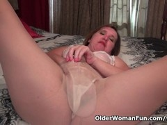 American milf Terri Pazelli plays with her wet pussy Thumb